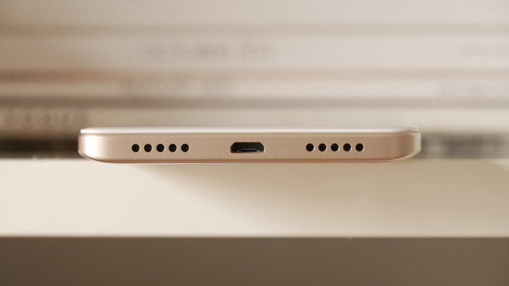USB-разъем, и монодинамик